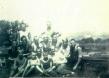 Mit ehemaligen Häftlingen in Gusen (1945) (mittlere Reihe, Dritter von rechts, mit Mütze)