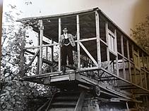 """Anton Held beim Bau seines ersten """"Hauses"""", eines Wohnwagens, in den 1940er Jahren. (Bild: Familienbesitz Held)"""