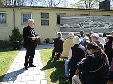 Klaus Mai erinnert an die Opfer des Lagers