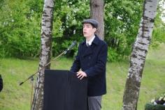 Maurycy Przyrowski spricht bei der Gedenkfeier am Schießplatz Hebertshausen