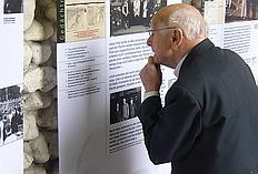 Hermann Scheipers betrachtet auf dem Kirchentag 2010 das ihm gewidmete Ausstellungsbanner