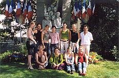 Teilnehmerinnen mit den Betreuern Sabine Gerhardus und Günter Leitzgen vor dem Denkmal für die Deportierten des Train Fantome in Sorgues (2004)