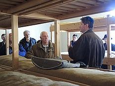 Henk van de Water begleitet die Besucher in Kamp Vught
