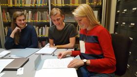 Die Schüler bei der Recherche im NIOD
